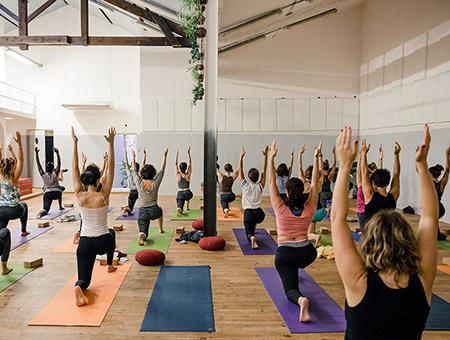 Yoga Vinyasa : définition, découverte, bienfaits